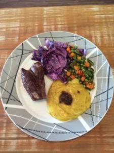 Carne assada, purê de batata baroa (mandioquinha) e vegetais no forno
