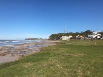 Praia Central com vista para o Morro do Farol e no fundo o Morro das Furnas